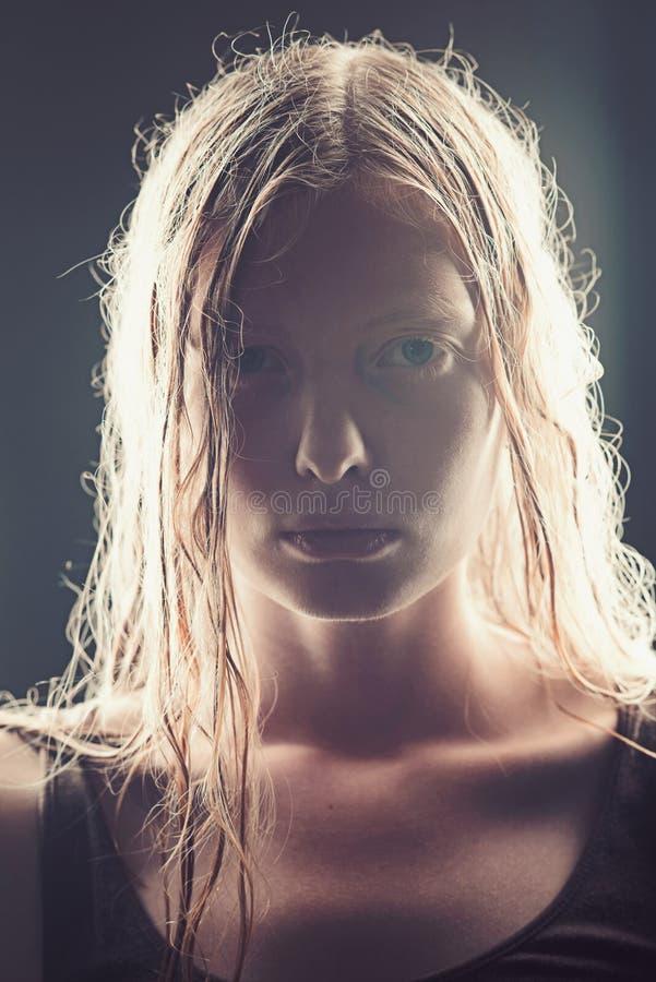 Haircare para a mulher com cabelo longo Haircare e cabelo de lavagem com champô fotografia de stock