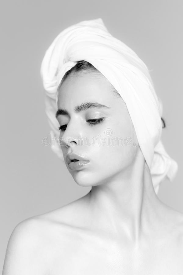 Haircare, zdrój, naturalny piękno, higieny Śliczna dziewczyna z białym kąpielowym ręcznikiem na głowie zdjęcie royalty free