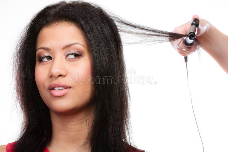 Hairdo κοριτσιών με το ηλεκτρικό ρόλερ τρίχας στοκ φωτογραφία