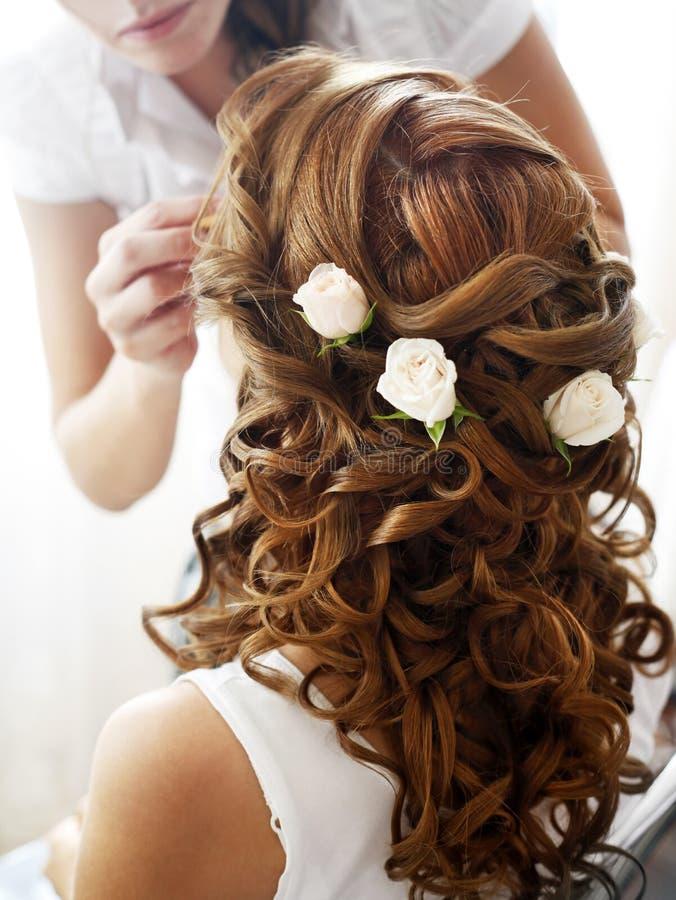 Hairdress av bruden arkivfoto