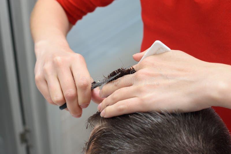 Hairdresser suaviza o penteado para clientes, trabalhando em casa imagem de stock royalty free