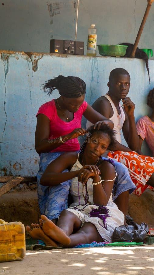 Hairdressing εξωτερικό δημόσια Γκάμπια στοκ φωτογραφία