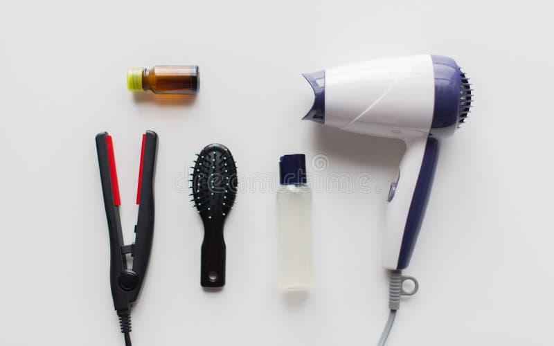 Hairdryer, cepillo, laca para el pelo labradora caliente e hierro imágenes de archivo libres de regalías