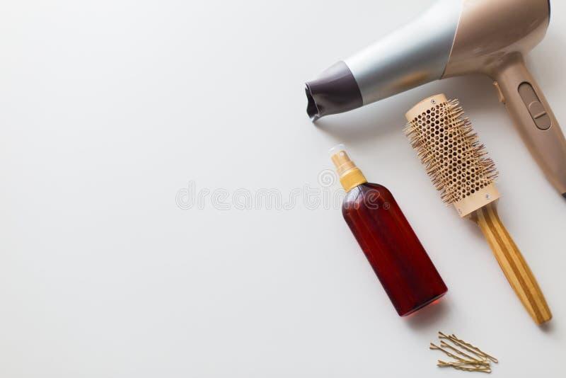 Hairdryer, cepillo, laca para el pelo labradora caliente y pernos fotos de archivo libres de regalías