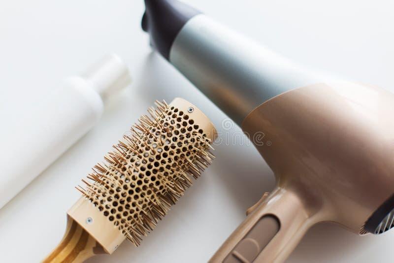 Hairdryer, cepillo y laca para el pelo labradora caliente imagen de archivo