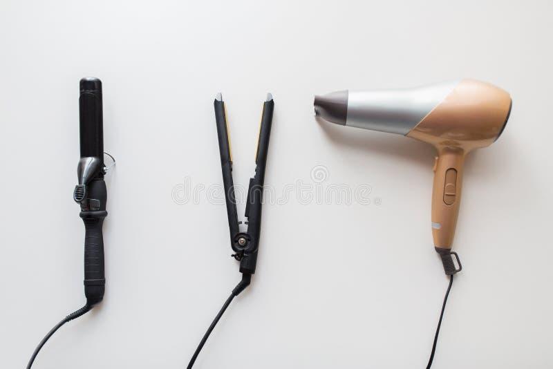 Hairdryer, styler e ferro o tenaglie di arricciatura caldo immagine stock