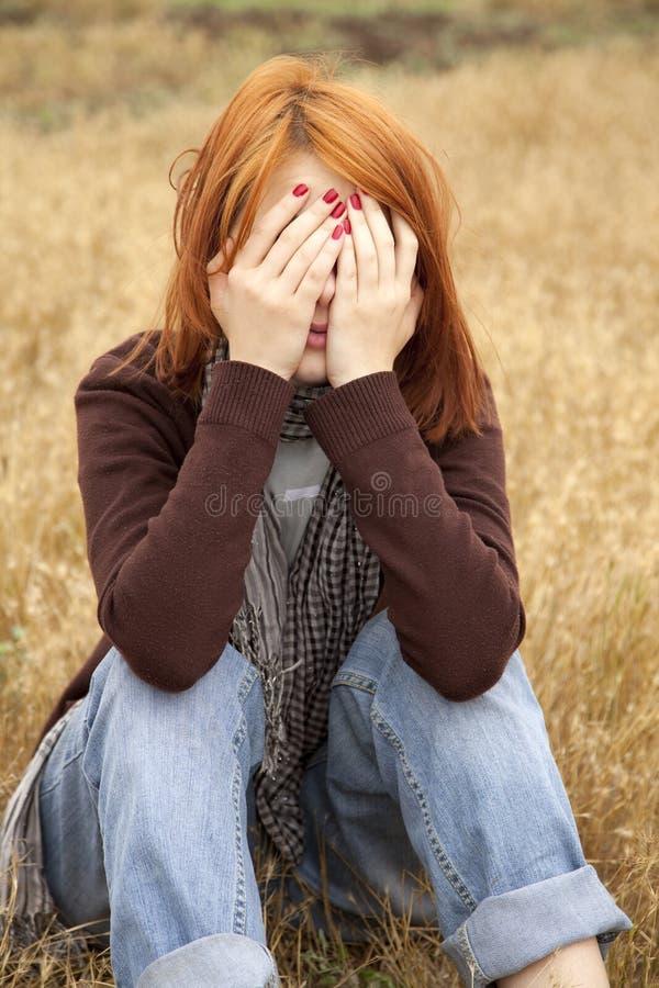 haired ensamt rött SAD för fältflicka arkivfoton