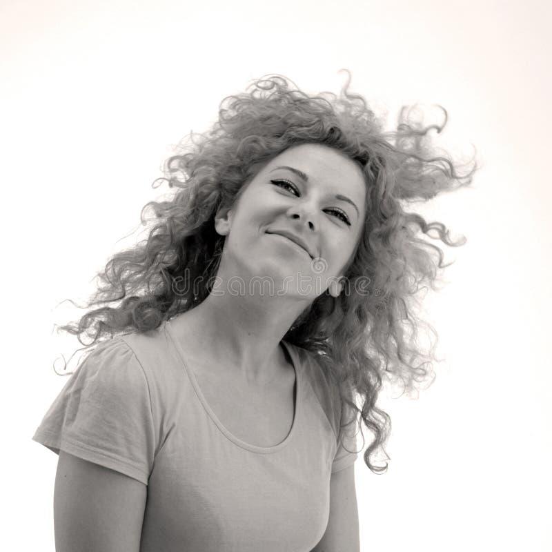 haired le för lockig flicka arkivfoto
