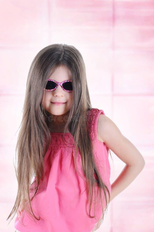 haired liten lång solglasögon för brunett royaltyfri foto