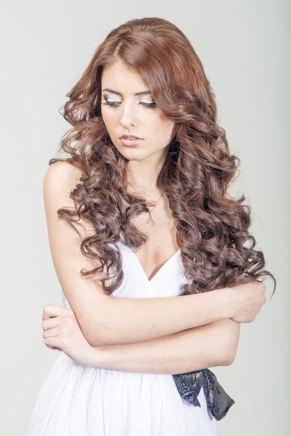 Haired meisje in een huwelijkskleding en make-up met feestelijk royalty-vrije stock afbeeldingen