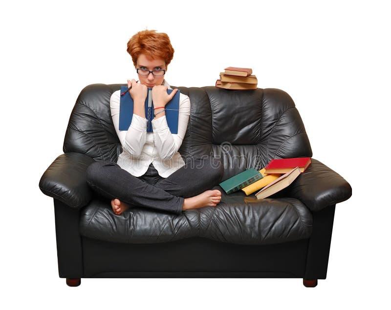 haired röd sittande sofa för flicka royaltyfria bilder