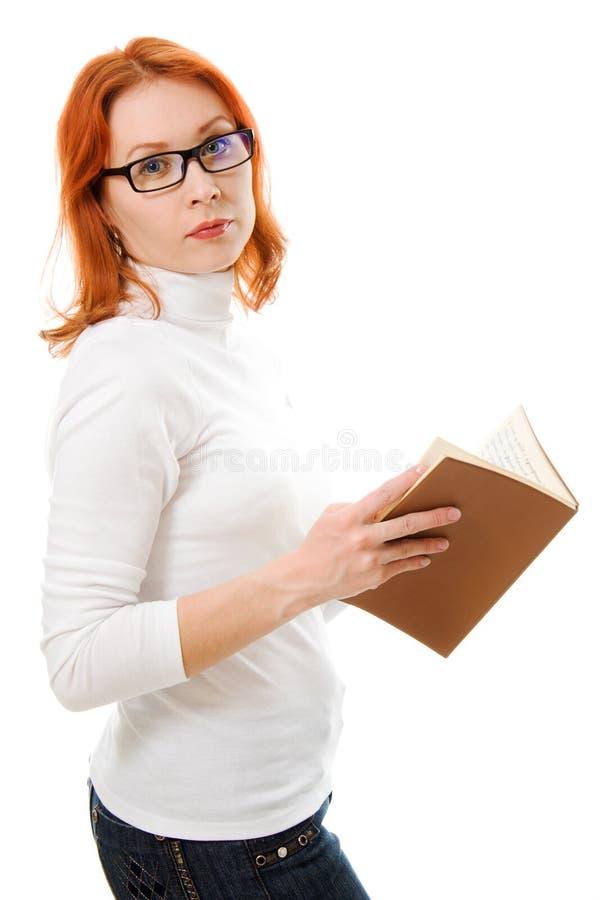 haired red för attraktiva bokflickaexponeringsglas royaltyfria bilder