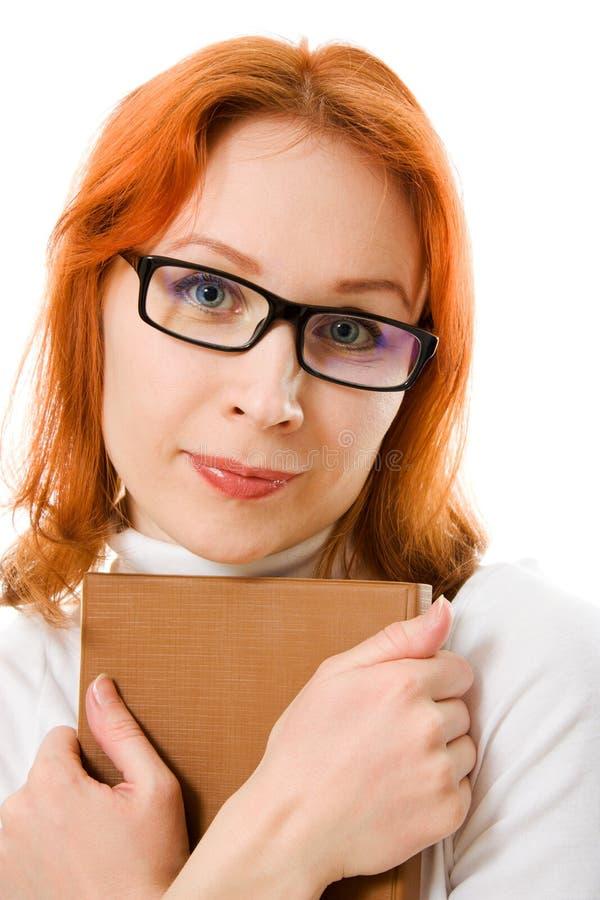 haired red för härliga bokflickaexponeringsglas royaltyfri fotografi