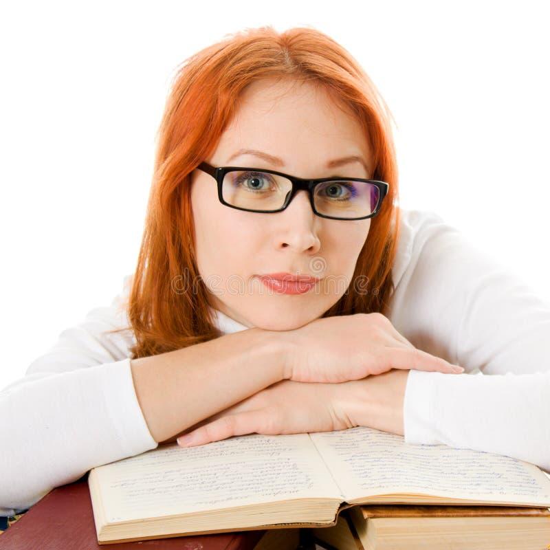 haired red för härliga bokflickaexponeringsglas arkivfoto