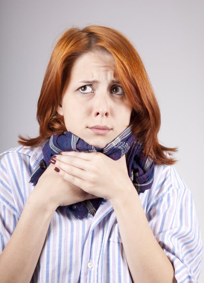 haired sjuk röd scarf för flicka arkivbild