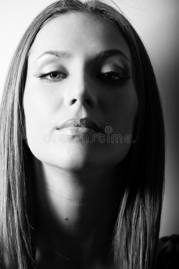 haired stående för attraktiv brun flicka arkivfoton