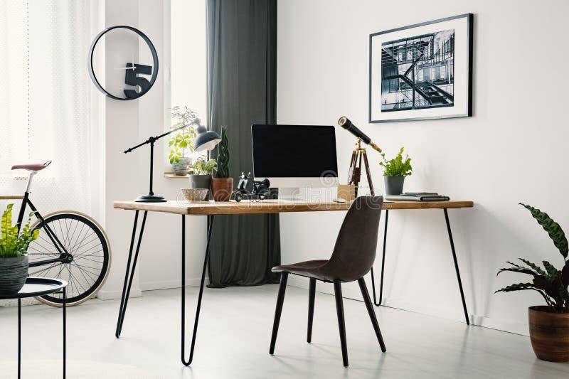 Hairpin γραφείο με το όργανο ελέγχου προτύπων, τις εγκαταστάσεις και τη στάση τηλεσκοπίων στοκ εικόνες