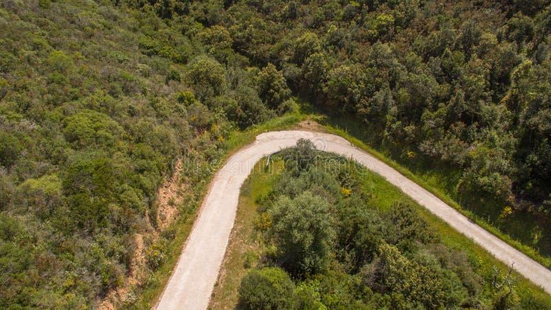 Hairpin кривой в горах увиденных сверху с трутнем стоковое фото