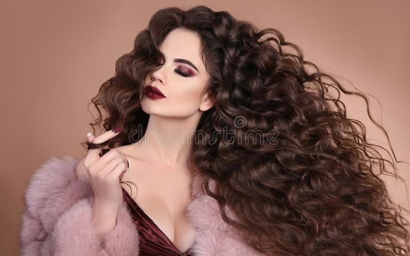hairstyle Κορίτσι brunette μόδας με τη μακριά σγουρή τρίχα, ομορφιά μΑ στοκ φωτογραφία με δικαίωμα ελεύθερης χρήσης