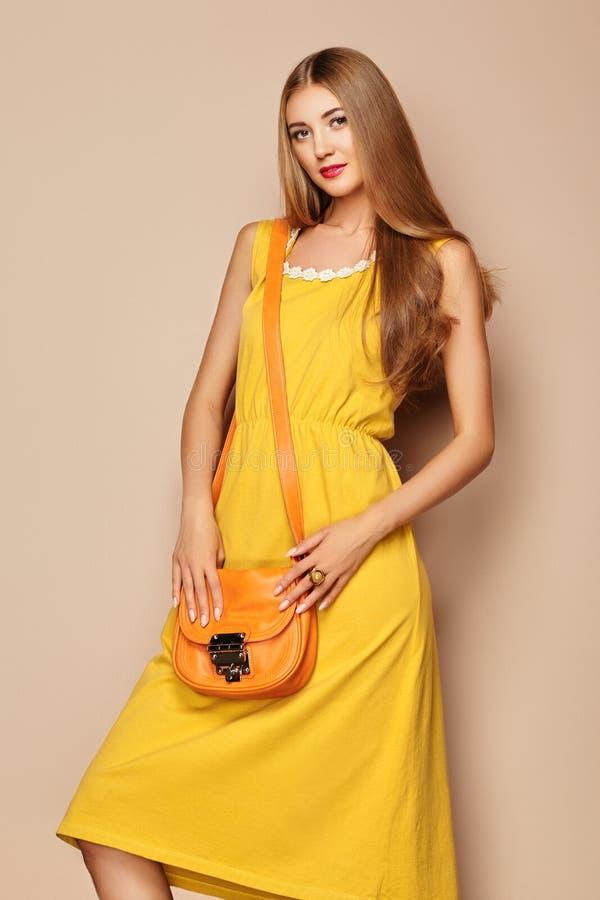 Ξανθή νέα γυναίκα στο κίτρινο θερινό φόρεμα άνοιξης στοκ φωτογραφία