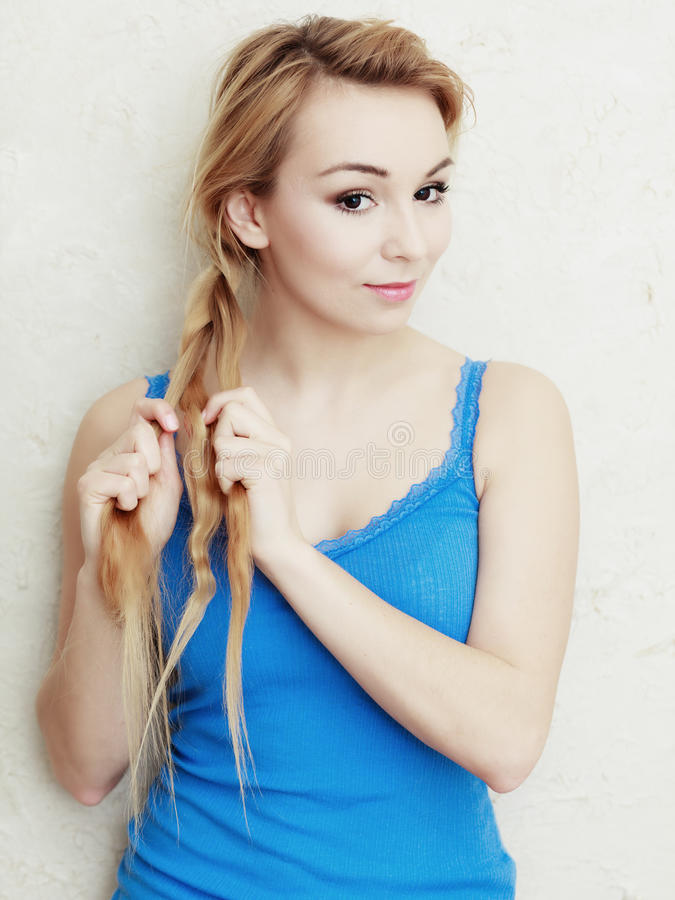 hairstyle Blond vrouwentiener het vlechten vlechthaar royalty-vrije stock foto's