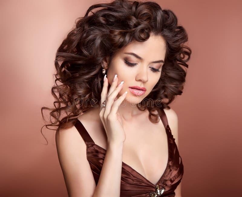 hairstyle Menina bonita com cabelo curly longo Mulher moreno w foto de stock royalty free