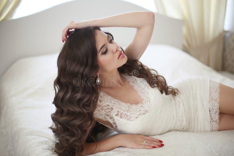 hairstyle Mooi donkerbruin bruidmeisje met lange gezonde golvend royalty-vrije stock foto