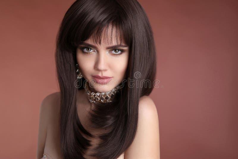 hairstyle Schoonheidsportret van donkerbruin vrouwelijk gezicht met make-up, stock fotografie