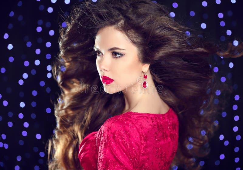 hairstyle Trucco Donna attraente castana con il earrin di modo fotografia stock