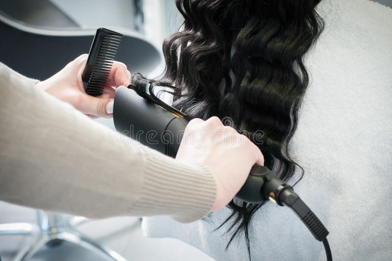 Hairstyling για τη σγουρή τρίχα στοκ εικόνες