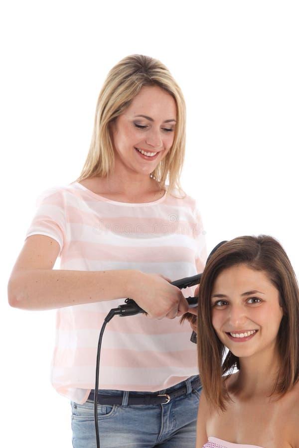 Hairstylist вводя волос в моду стоковая фотография