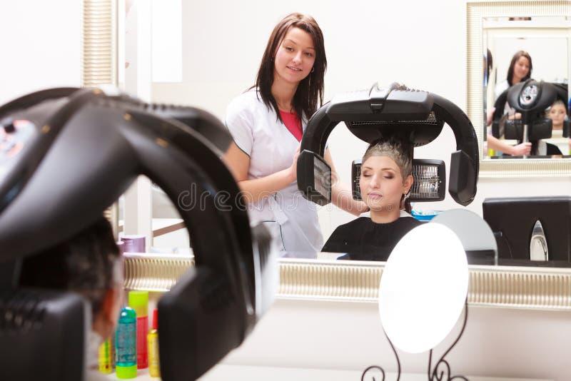 Hairstylist barwiarstwa kobiety włosiany klient w fryzjerstwa piękna salonie obrazy royalty free
