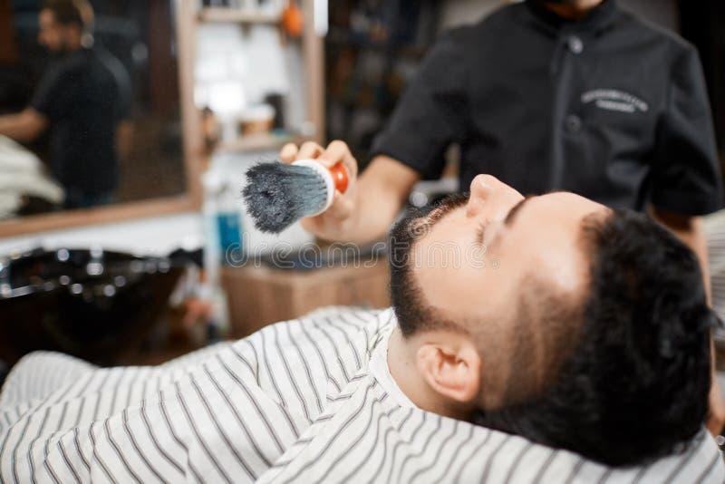 Hairstylist czesze out i ciie chleb dla brunet klienta obrazy stock