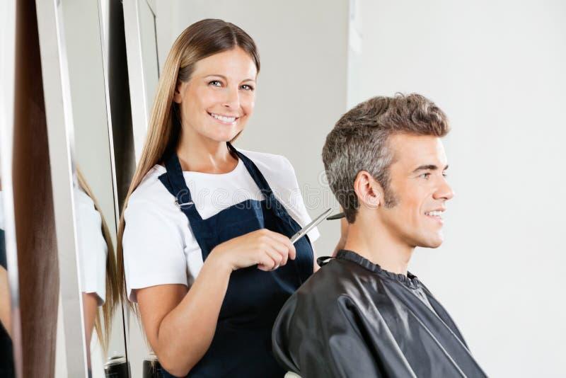 Hairstylist Daje ostrzyżeniu klient fotografia royalty free