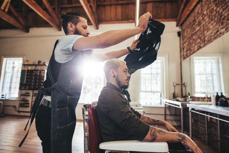 Hairstylist daje włosiany ślicznemu klient obrazy stock