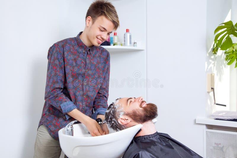 Hairstylist fryzjera klienta płuczkowy włosy obrazy royalty free
