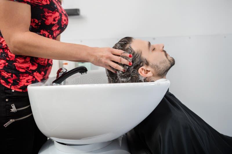 Hairstylist klienta Płuczkowy Męski włosy Przy salonem zdjęcie royalty free