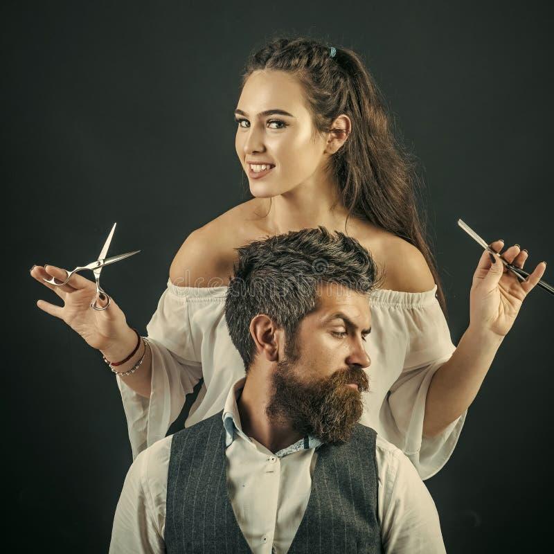 Hairstylist klienta ` s płuczkowy włosy fotografia royalty free