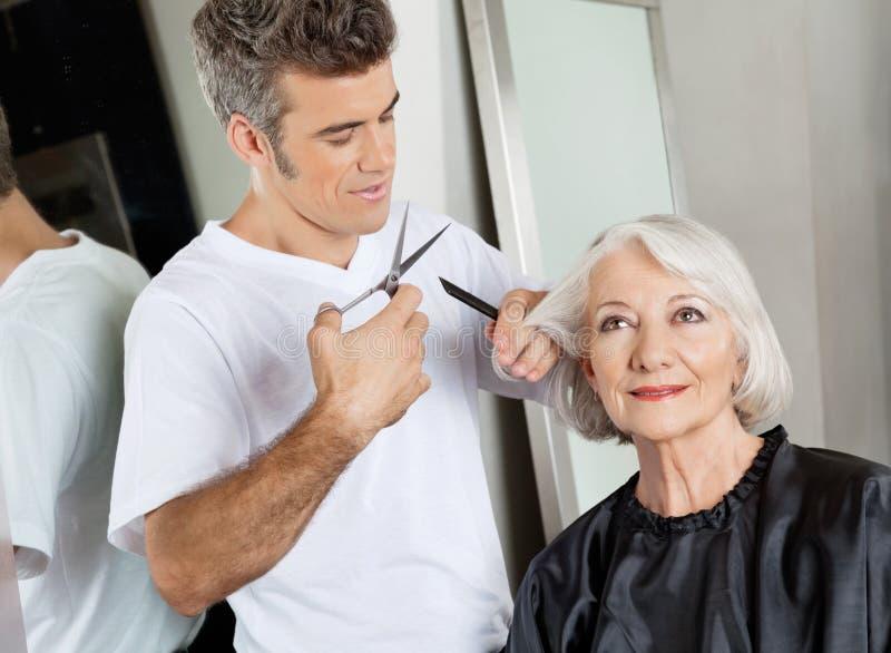Hairstylist klienta Tnący włosy Przy salonem zdjęcia stock