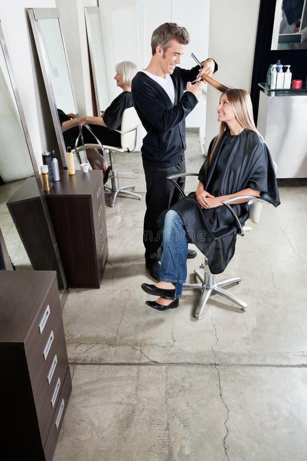 Hairstylist klienta Tnący włosy W salonie zdjęcia stock