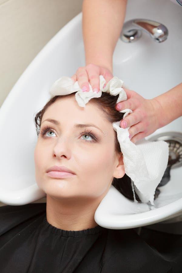 Hairstylist kobiety płuczkowy włosy. Fryzjerstwa piękna salon zdjęcie royalty free