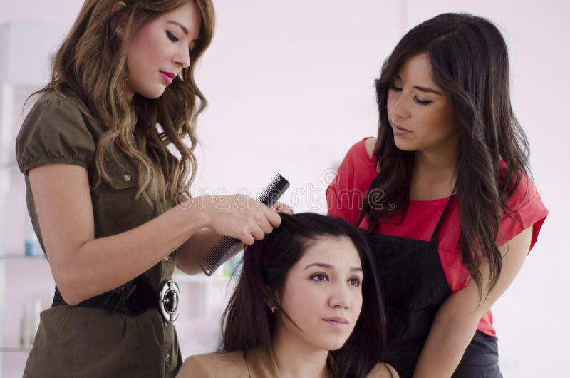 Hairstylist novo no treinamento imagem de stock royalty free