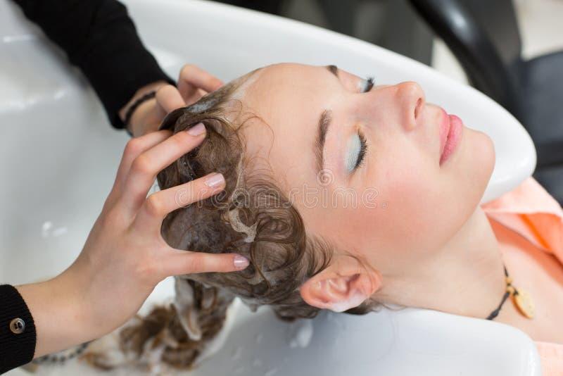 Hairstylist płuczkowi klienci włosiani obrazy stock