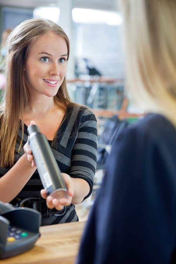 Hairstylist Pokazuje Włosianego produkt klient obraz royalty free