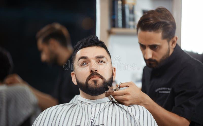 Hairstylist pracuje przy zakładu fryzjerskiego tnącym chlebem z nożycami obraz stock
