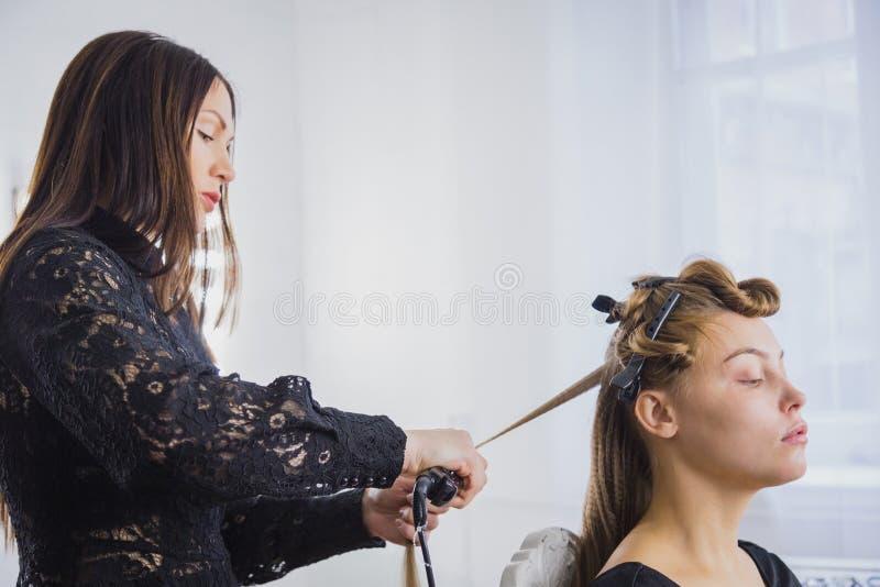 Hairstylist prostuje długiego brown włosy obrazy royalty free