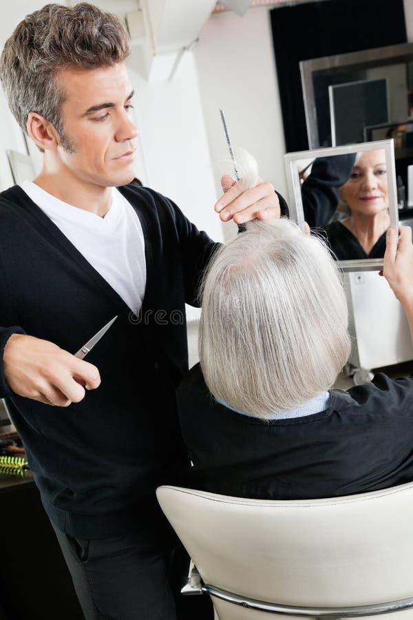 Hairstylist Tnący włosy Przy salonem obraz stock