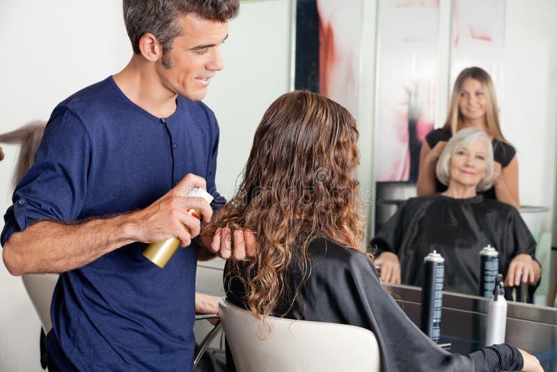 Hairstylists utworzenia klienta włosy zdjęcie royalty free