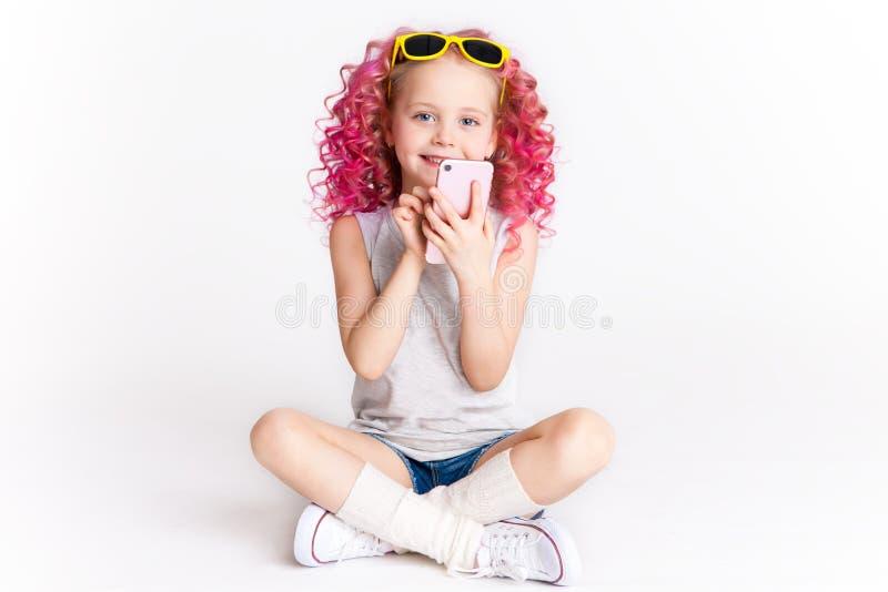 Hais onduleux de Colores Ombre Petite fille moderne de hippie dans des vêtements de mode Introduisez un message studio photo stock
