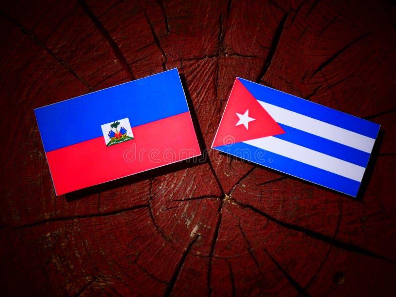 Haitańska flaga z kubańczyk flaga na drzewnym fiszorku odizolowywającym fotografia royalty free